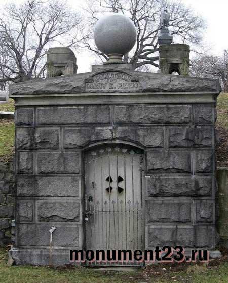 Подбор памятников Майкоп Эконом памятник с резным крестиком в углу Кировград
